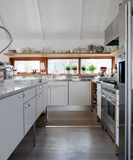white kitchens may be my favorite.  i think food looks prettiest in them too.